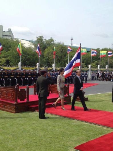 ဦးသိန္းစိန္ နဲ ့ ထိုင္း၀န္ႀကီးခ်ဳပ္ ယင္လပ္ ဂုဏ္ျပဳ တပ္ ဖြဲ ့ ၏ အေလး ျပဳ ျခင္း ကို ခံယူစဥ္ Photo : Yingluck Facebook