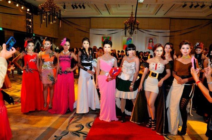 ထရိတ္ဒါး ဟိုတယ္ တြင္ က်င္း ပသည့္ Fashion Galleria Yangon မွ လွ ပ်ိဳ ျဖဳမ်ား
