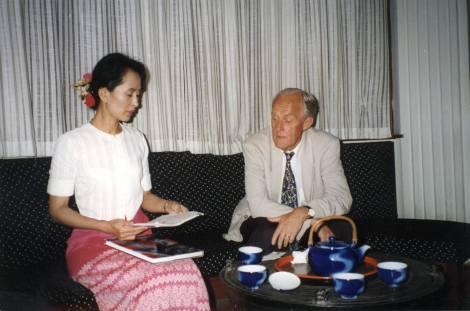 Edgardo_Boeninger_en_Myanmar_junto_a_Aung_San_Suu_Kyi